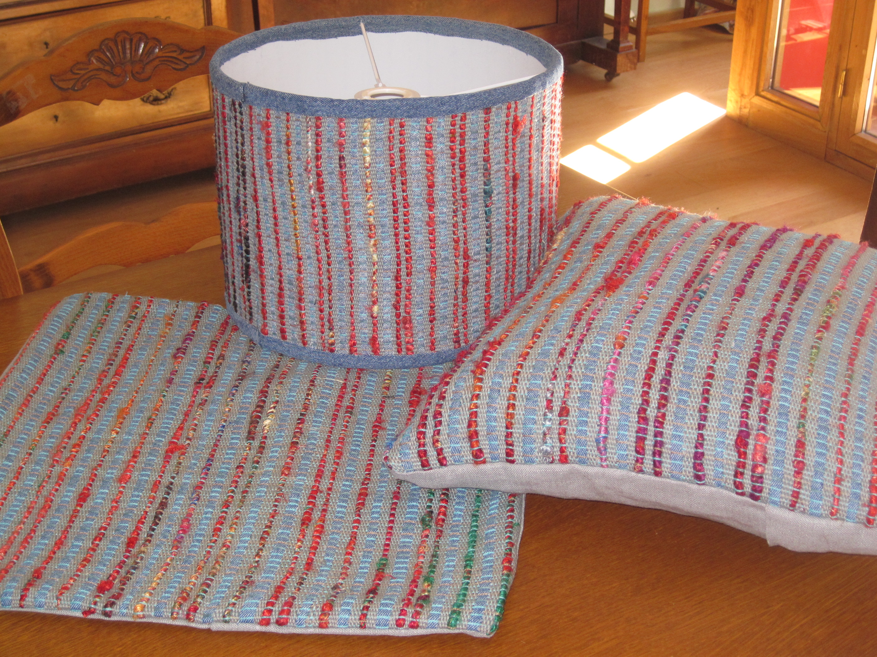 2 cushion covers with matching lampshade.