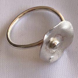 Ring – Sterling silver wire ring with reticulated lily flower motif